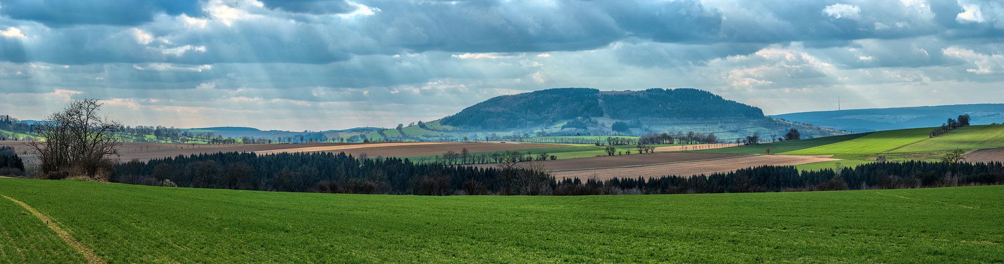 Der Pöhlberg im April 2015 von Arnsfelder/Grumbacher Flur aus gesehen.